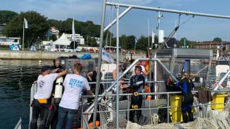 Die Crew der Seekuh geht mit Tauchern auf Müllsuche am Meeresgrund