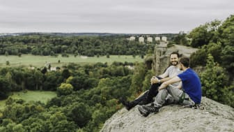 Två klättare på det populära Fjällboberget med utsikt över Fjällbo park