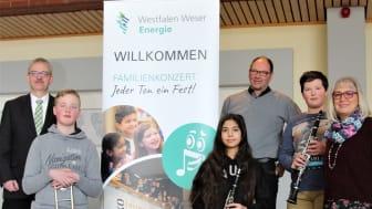 Samtgemeinde-Bürgermeister, Ditmar Köritz, vier Musikanten der Bläsergruppe des IGS, Frank Wohlgemuth, Kommunalreferent bei Westfalen Weser Netz, und Carolin Gümmer, Didaktische Leiterin der IGS Helpsen sind schon gespannt auf das Konzert.