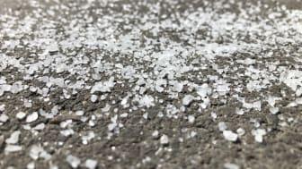 Veisaltet som spres ut på norske veier kan være en kilde til mikroplast. (Foto: Elisabeth Støhle Rødland)