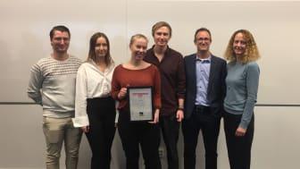 Fr. v. Isak Holmgren, Rebecca Söndergaard, Mikaela Sundqvist, Erik Remnegård, vinnare i The BoKlok Challenge 2019, tillsammans med Jerker Lessing och Sara Erman från BoKlok.