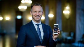 Erik Slottner (KD), äldre- och trygghetsborgarråd i Stockholms stad, inviger appen från stadshuset