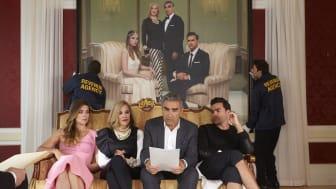 Samtlige seks sæsoner af den Emmy-belønnede Schitt's Creek kan ses på C More. (Flere billeder i bunden af pressemeddelelsen)