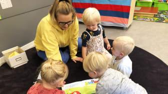 Pedagog Angela Skoglund tillsammans med en barngrupp i en språkutvecklande aktivitet