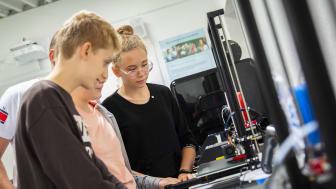 Elever fra Polen er her i gang med at lære 3D-print.