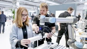 Patrik Gustavsson (till höger) demonstrerar människa-robot-samarbete på ASSAR Innovation i Skövde.