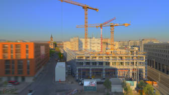 Am Postplatz in der Dresdner Innenstadt gehen die Arbeiten an den MaryAnn Apartments planmäßig voran. WOLFF & MÜLLER und ZÜBLIN errichten das neue Wohn- und Geschäftsgebäude schlüsselfertig (Copyright: WOLFF & MÜLLER).