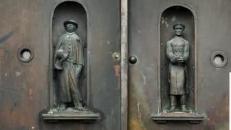 De två försvunna figurerna är skapade av skulptören Anders Olson. Väktaren, till vänster i bild,  bar vid försvinnandet kapprock, mössa och träskor. Till höger i bild Poliskonstapeln iförd uniform m/26.