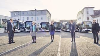 Vertreter der Stadtwerke Gießen (SWG), des SWG-Tochterunternehmens MIT.BUS sowie der Stadt Gießen nahmen die sechs neuen Biogas-Busse in Empfang. (Foto: Stadtwerke Gießen)