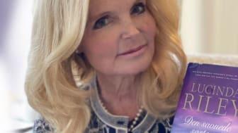 Lucinda Riley har oppnådd stor internasjonal suksess med serien «De syv søstre». Her er hun med den syvende boka, «Den savnede søsteren», som snart har verdenslansering.(Foto: Kit Riley)