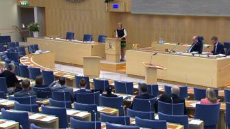 Ändringen av drivmedelslagen som möjliggör hållbarhetsdeklarationen av drivmedel antogs av riksdagen redan den 20 juni 2018. Initiativtagaren Karolina Skog (Mp) talar inför omröstningen.