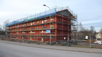 Häggmarks Byggmodul bygger nya lägenheter på Magasinsgatan i Sunne. Landshövding Georg Andrén gör ett besök på den nya byggmodulfabriken i Sunne på fredag