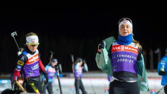 REISER VIDERE: Ingrid Landmark Tandrevold og Tiril Eckhoff vender nesa mot Hochfilzen. Foto: Christian Haukeli