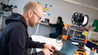 Vinnaren får 30 timmars hjälp av teknikexperten Jan Björn för att utveckla sin prototyp. Foto: Svante Olsson.