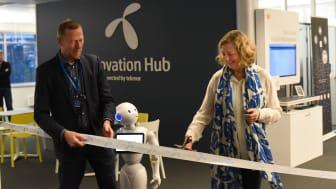 Berit Svendsen, administrerende direkter i Telenor Norge hadde æren av å åpne den nye testlabben, assistert av Ove Fredheim, leder av bedriftsenheten, og roboten Pepper. Foto: Martin Fjellanger