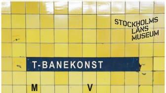 Affisch till utställningen T-banekonst: Medan du väntar. Foto: Elisabeth Boogh, Stockholms läns museum. Form: Johanna Eklöv, Stockholms läns museum.