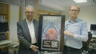 Administrerende direktør Dagfinn Sætre i GE Vingmed (til høyre) viser frimerket sammen med frimerkedirektør Halvor Fasting i Posten. Foto:Petter Sørnæs