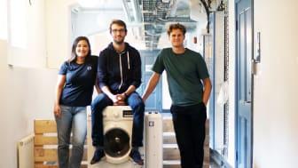 Teamet på Mimbly tillsammans med The Mimbox som står bredvid tvättmaskinen. Foto: Caroline Palmgren