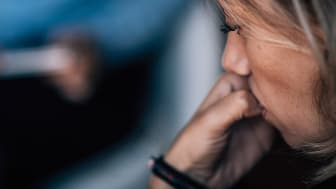 Utredningen anser att bedömningen är för restriktiv. Bla drabbar detta personer med utmattningssyndrom hårt då de behöver ofta en längre rehabilitering innan de kan återgå till arbete. Foto: © [Microgen] / Adobe Stock