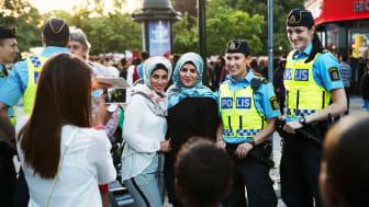 Festivalbesökare och poliser under Malmöfestivalen. Foto: Johan Bävman