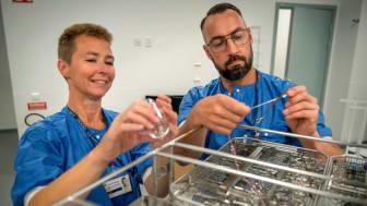 Sara Meurling och Andreas Bolin tittar på nya diskdesinfektorn