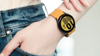 10. Galaxy Watch4_Lifestyle_Outbox Strap3.jpg