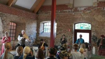 Musikerna i Ensemble Mare Balticum spelar på Torups slott för barn i Svedala kommun i ett Skapande skola-projekt.