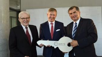 v.l.n.r.: Prof. Dr. Karl Max Einhäupl, Vorstandsvorsitzender der Charité, Olaf Demuth, Vorstandsmitglied der Ed. Züblin AG, Dr. Ernst Wastler, Vorsitzender des Vorstands der VAMED AG (Copyright: Charité / Wiebke Peitz))