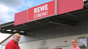 Karol Steinacker, Leiter des REWE-Getränkemarktes in Treysa, und Franziska Förderer, Mitarbeiterin in der Hephata Jugendhilfe, bei der Übergabe des Tischkickers.