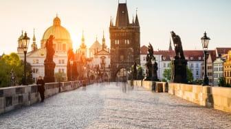 Vy över Saint Francis of Assis-kyrkan sett från Karlsbron i Prag, Tjeckien. Foto: Shutterstock.