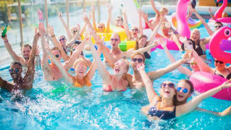Clarion Hotel Sign hyllar kärlek för alla under prideveckan med ett stort pool party!