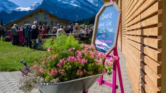Geselliges Beisammensein vor dem Sportzentrum Mürren am ersten Aktionärstag der Schilthornbahn AG