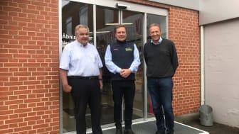 Fra venstre ses Mogens Larsen, nuværende direktør i Mørkøv Maskinforretning A/S, Dann Nielsen, direktør i Røstofte Maskiner A/S, og Jørgen Kjærgård, nuværende medejer og sælger i Mørkøv Maskinforretning A/S.