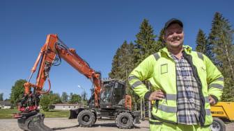 Jonatan Frisk har investerat i sex nya grävare under 2018. (Foto: Mats Thorner)