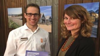 Verena Schreppel (Innovationspreis/Projektleiterin) überreicht Marcell Bernhardt (Kebony) die Auszeichnungsurkunde