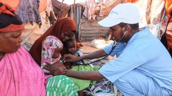 Ein Pfleger der SOS-Mutter-Kind-Klinik Mogadischu untersucht eine kleine Patientin. In Ländern wie Somalia ist Helfen oft lebensgefährlich. Foto: SOS-Somalia 2017 (Bild zur Verwendung nur im Kontext der SOS-Kinderdörfer weltweit)