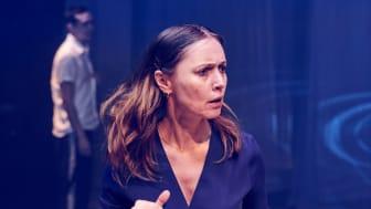Petronella Barker spiller Kvinna i «Vi hjemløse» av Kathrine Nedrejord. Bildet er fra sceneoppsetningen av samme stykke, som skulle hatt premiere i mars 2020. Foto: Øyvind Eide