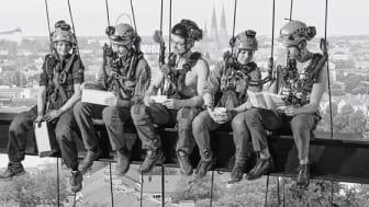 Det finns alltid en bästa lösning. C2 Vertical Safety demonstrerar fallskydd för arbeten på höjd och förevisar räddningsscenario i trånga utrymmen i industrimiljö. Monter A24:38 SKYDD Stockholmsmässan 23-25/10. Foto: Johannes Rosseu/Tor Johnsson.