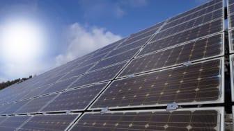 Das Bayernwerk startet rund um die Umspannwerke Aichach und Odelzhausen die sogenannte Spitzenkappung. An die dortigen Erzeugungsanlagen, vor allem große Solaranlagen, werden somit höhere Anforderungen an eine flexible Regelung gestellt.