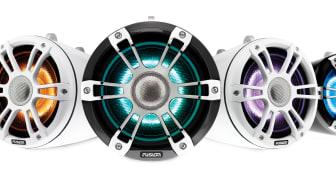 Högtalare som är först på marknaden med att leverera LED-belysning i fem färger  och förstklassigt ljud som förbättrar underhållningsupplevelsen ombord.