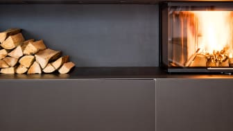 Moderne ovner forurenser mindre enn gamle vedovner. Men hvis de som sitter på hjemmekontor fyrer mer enn de pleier risikerer vi likevel å få dager med høye nivåer av fint svevestøv i vinter. Foto: Colourbox