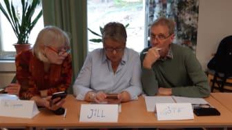 Medlemmar ur Malmköpingsortens hembygdsförening arbetar med Sociala media, våren 2019. Under hösten fortsätter de arbeta med mobiltelefonen som verktyg. Nu med att spela in berättelser och publicera dem på Storyspot.