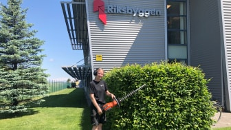 Inom Riksbyggens marknadsområde Skaraborg drivs  60-65 procent av handverktygen med el. På bilden Riksbyggens medarbetare Cornelia Bäck Silfors.