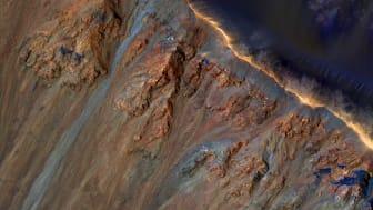 HiRISE-kameravy över Krupac-kratern på Mars och RSL längs kraterväggen. Foto: NASA / JPL / University of Arizona
