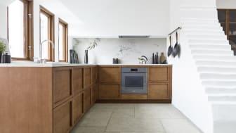 Liljencrantz for Kvänum køkkenet består i udgangspunktet af underskabe- og skuffer, alle kendetegnet ved de markante lister. Ellers foregår al opbevaring på åbne hylder og i transparente vitriner, hvilket skaber et godt overblik.