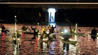 Kajakister från guide- och uthyrningsföretaget Linköping kajak samt Linköpings Kanotklubb inledde jubileumsåret med en ljuspaddling genom Linköping på Kinda kanal. Foto: Jan Christer Persson, Linköping kajak.