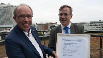 Regiondirektör Alf Jönsson mottar certifieringen från Dan Grönstedt, Det Norske Veritas.