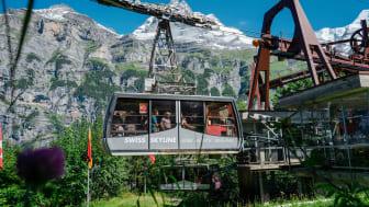 Luftseilbahnkabinen der Schilthornbahn AG bei der Einfahrt in die Station Gimmelwald