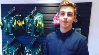 Thoren Business School-eleven Elias Frithiof gjorde avtryck under sin APL hos Björklöven. Nu har han fått extrajobb hos hockeyföreningen.