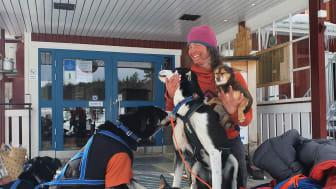 Lina Hallebratt och hundarna vid målgång av Vita bandet tur och retur 2021